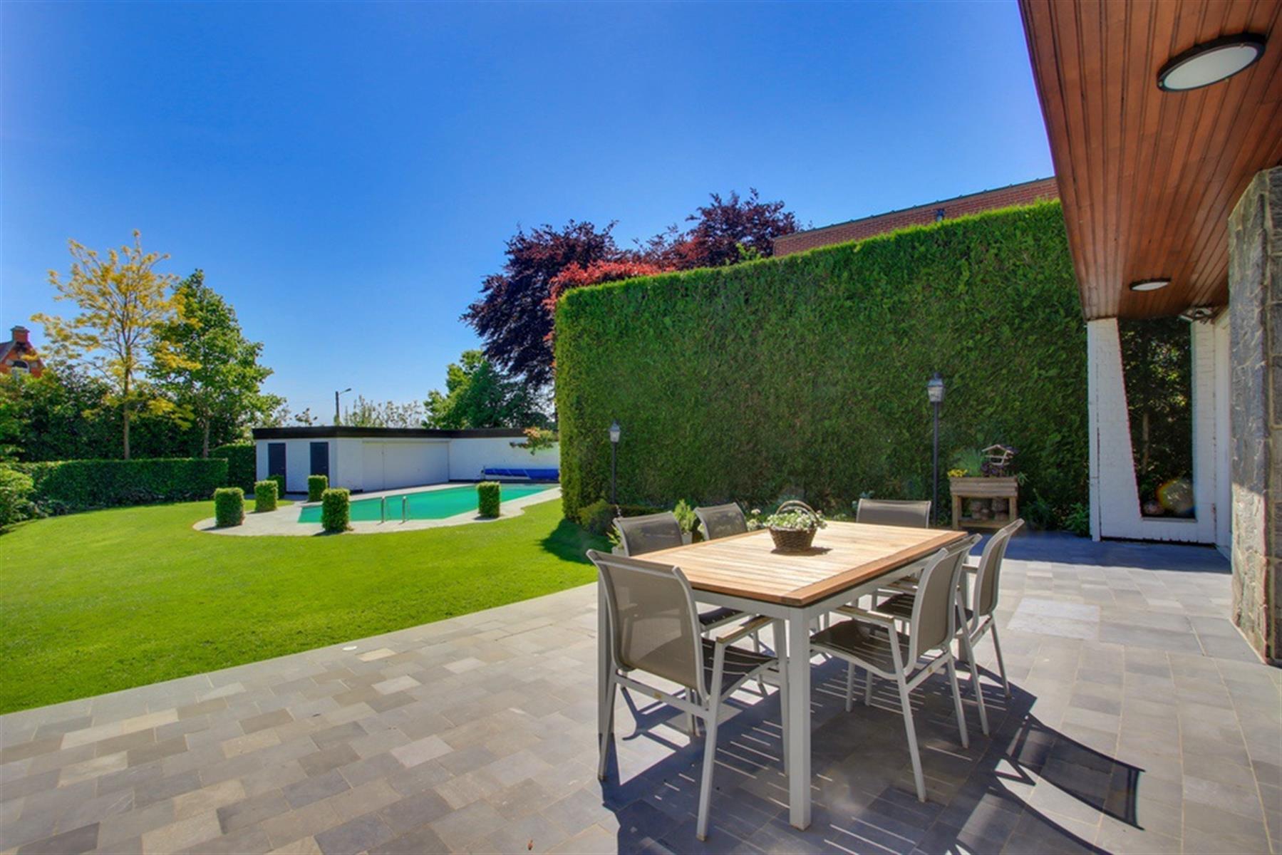 Villa avec piscine et partie professionnelle !
